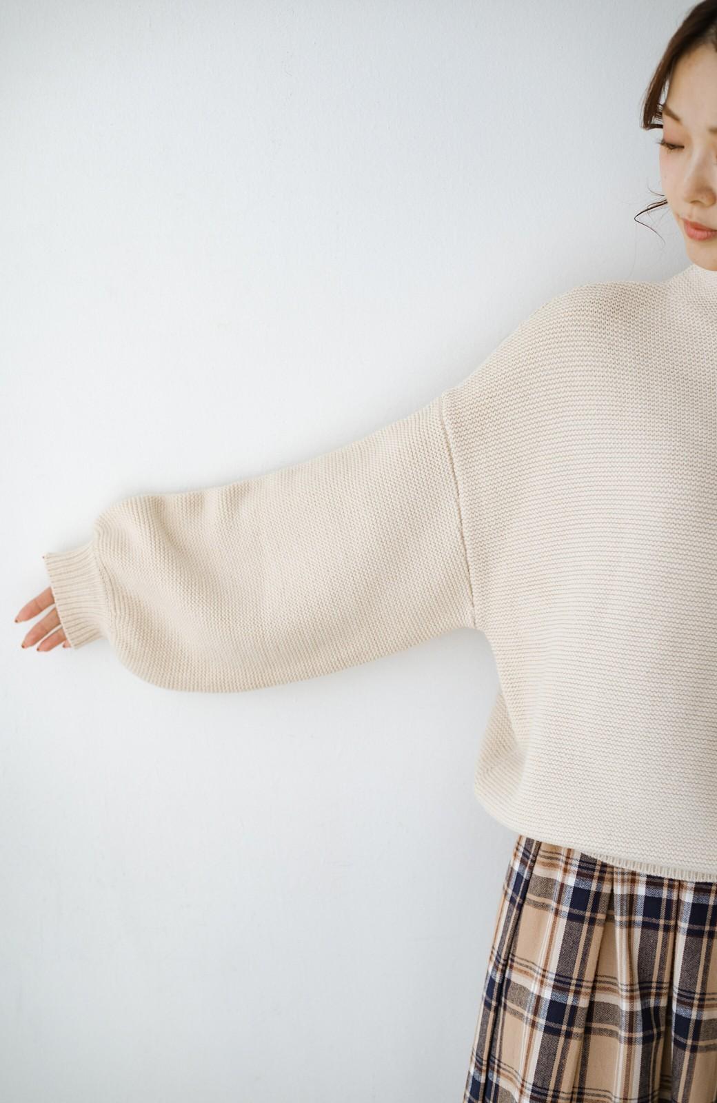 haco! ゆるシルエットも大人っぽい雰囲気にしてくれる 編地がきれいなハイネックニットトップス <オフホワイト>の商品写真4