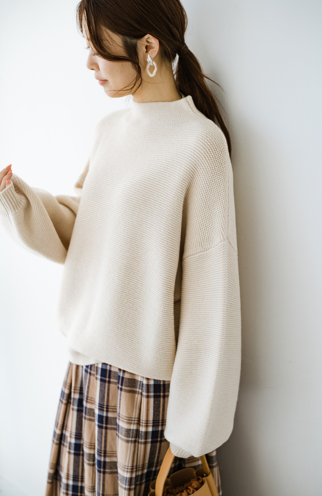 haco! ゆるシルエットも大人っぽい雰囲気にしてくれる 編地がきれいなハイネックニットトップス <オフホワイト>の商品写真6