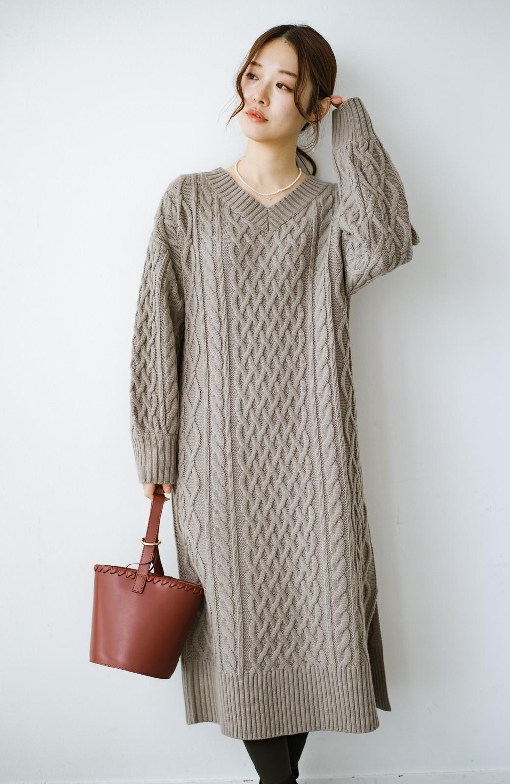 haco! パッと着て絶妙に女っぽい 重ね着にも便利なケーブルニットワンピース <グレイッシュベージュ>の商品写真3