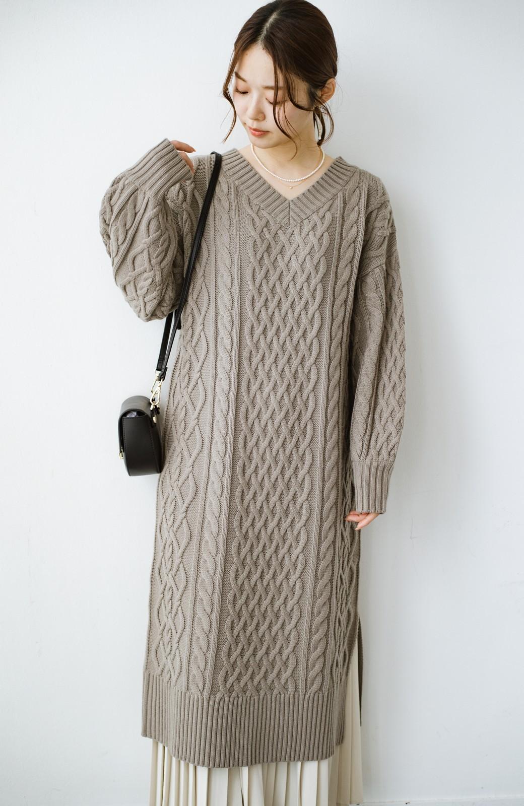 haco! パッと着て絶妙に女っぽい 重ね着にも便利なケーブルニットワンピース <グレイッシュベージュ>の商品写真4