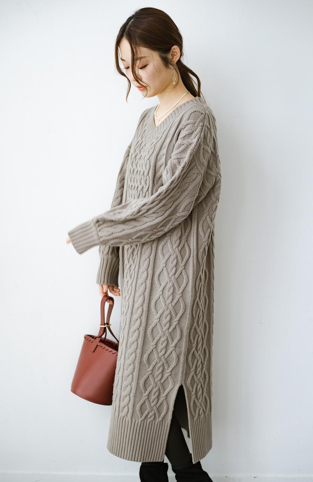 haco! パッと着て絶妙に女っぽい 重ね着にも便利なケーブルニットワンピース <グレイッシュベージュ>の商品写真25