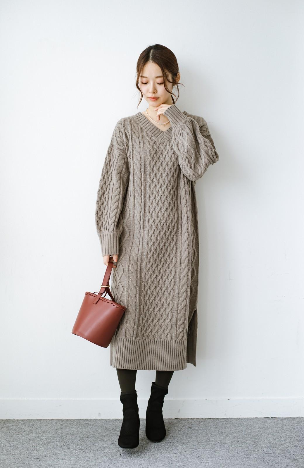 haco! パッと着て絶妙に女っぽい 重ね着にも便利なケーブルニットワンピース <グレイッシュベージュ>の商品写真13