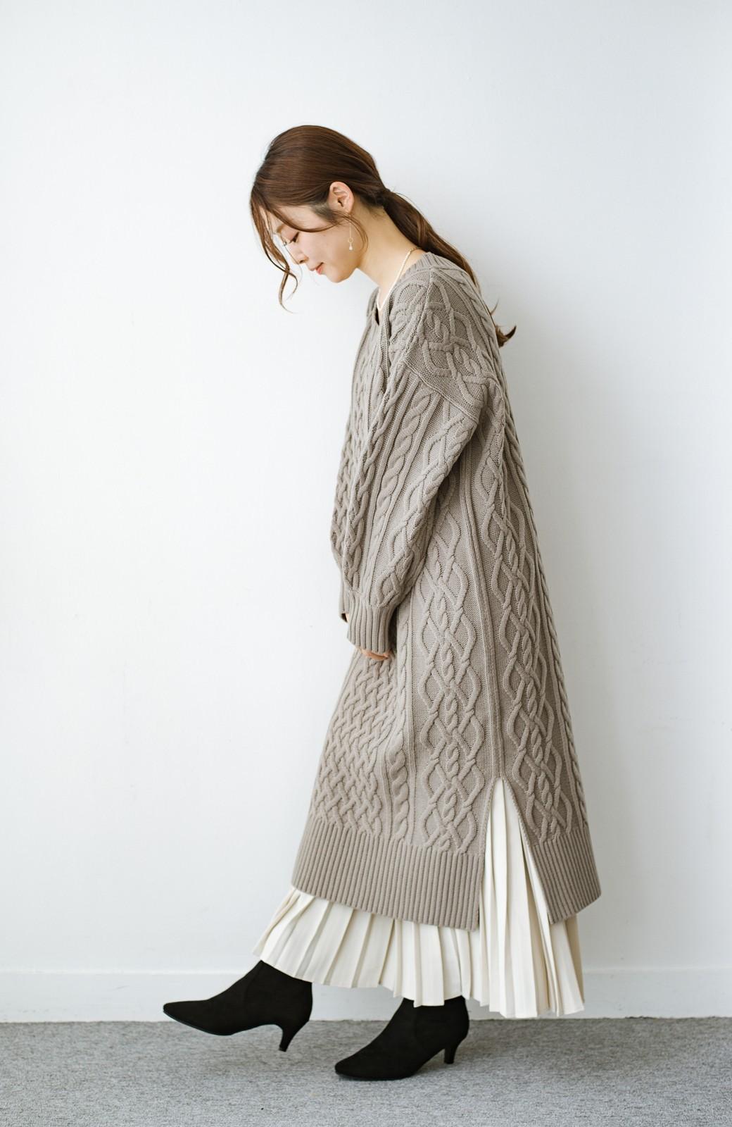 haco! パッと着て絶妙に女っぽい 重ね着にも便利なケーブルニットワンピース <グレイッシュベージュ>の商品写真18