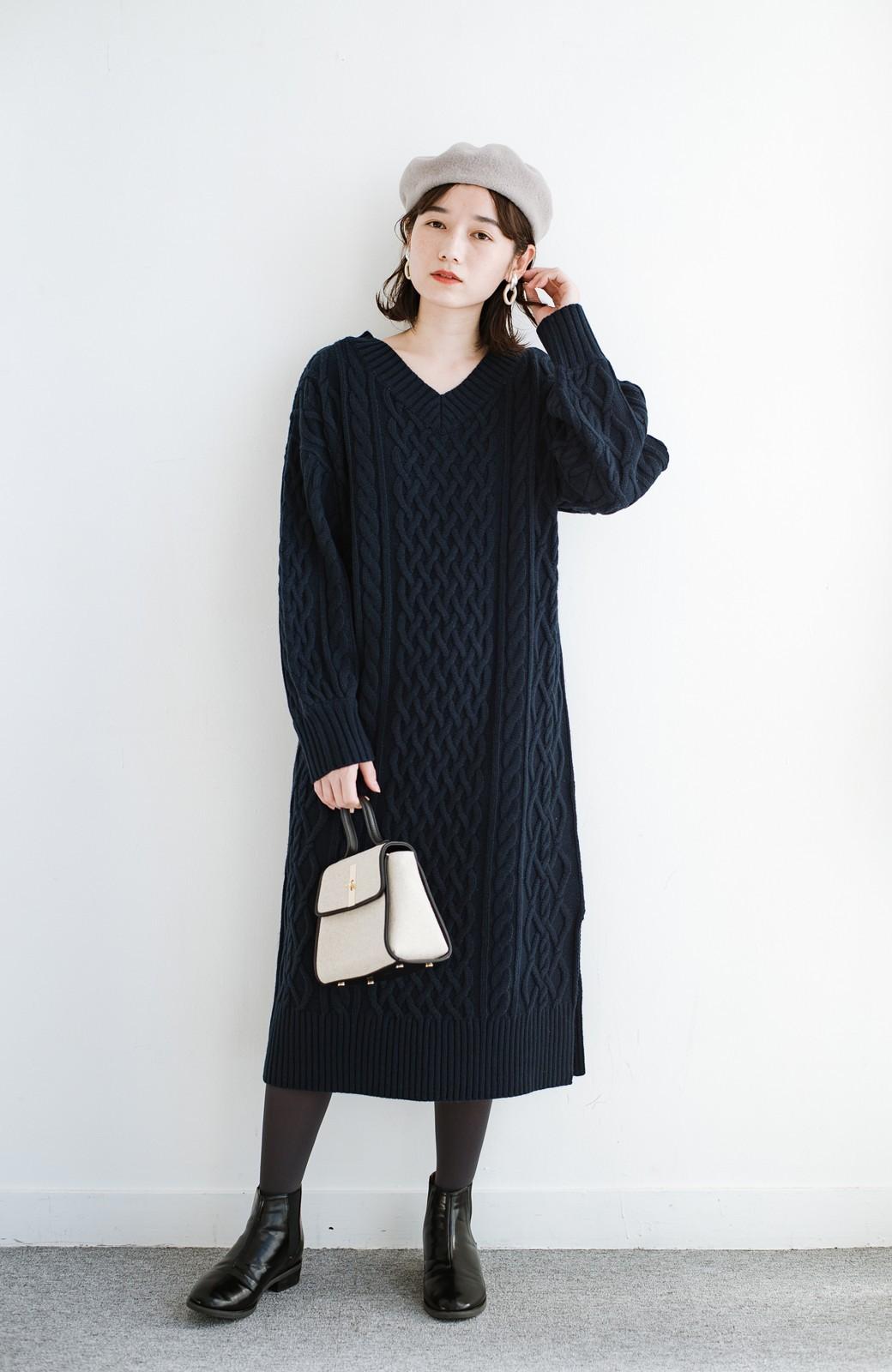 haco! パッと着て絶妙に女っぽい 重ね着にも便利なケーブルニットワンピース <ネイビー>の商品写真10