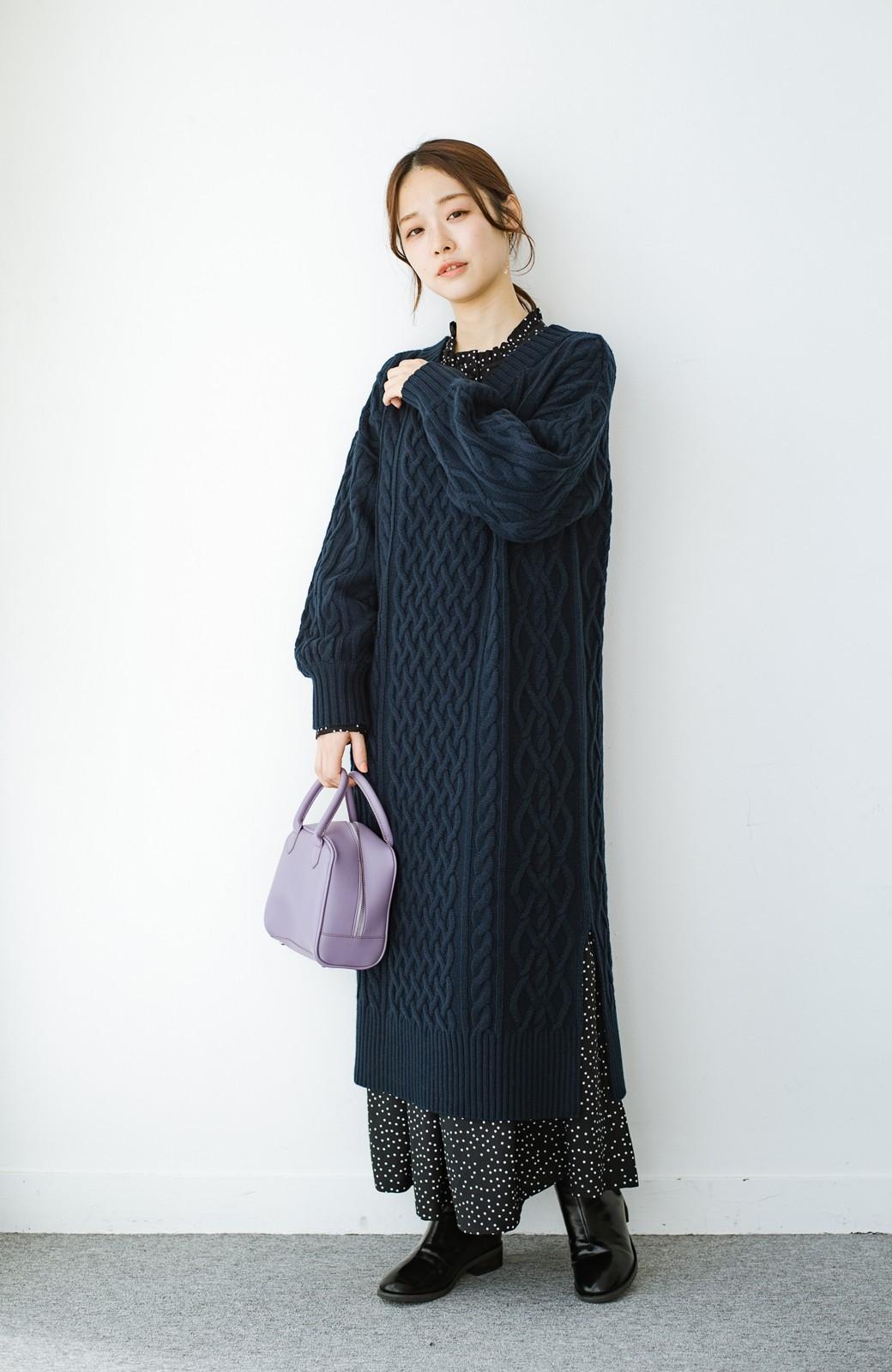 haco! パッと着て絶妙に女っぽい 重ね着にも便利なケーブルニットワンピース <ネイビー>の商品写真13