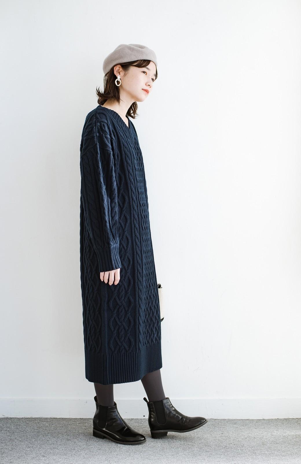 haco! パッと着て絶妙に女っぽい 重ね着にも便利なケーブルニットワンピース <ネイビー>の商品写真15