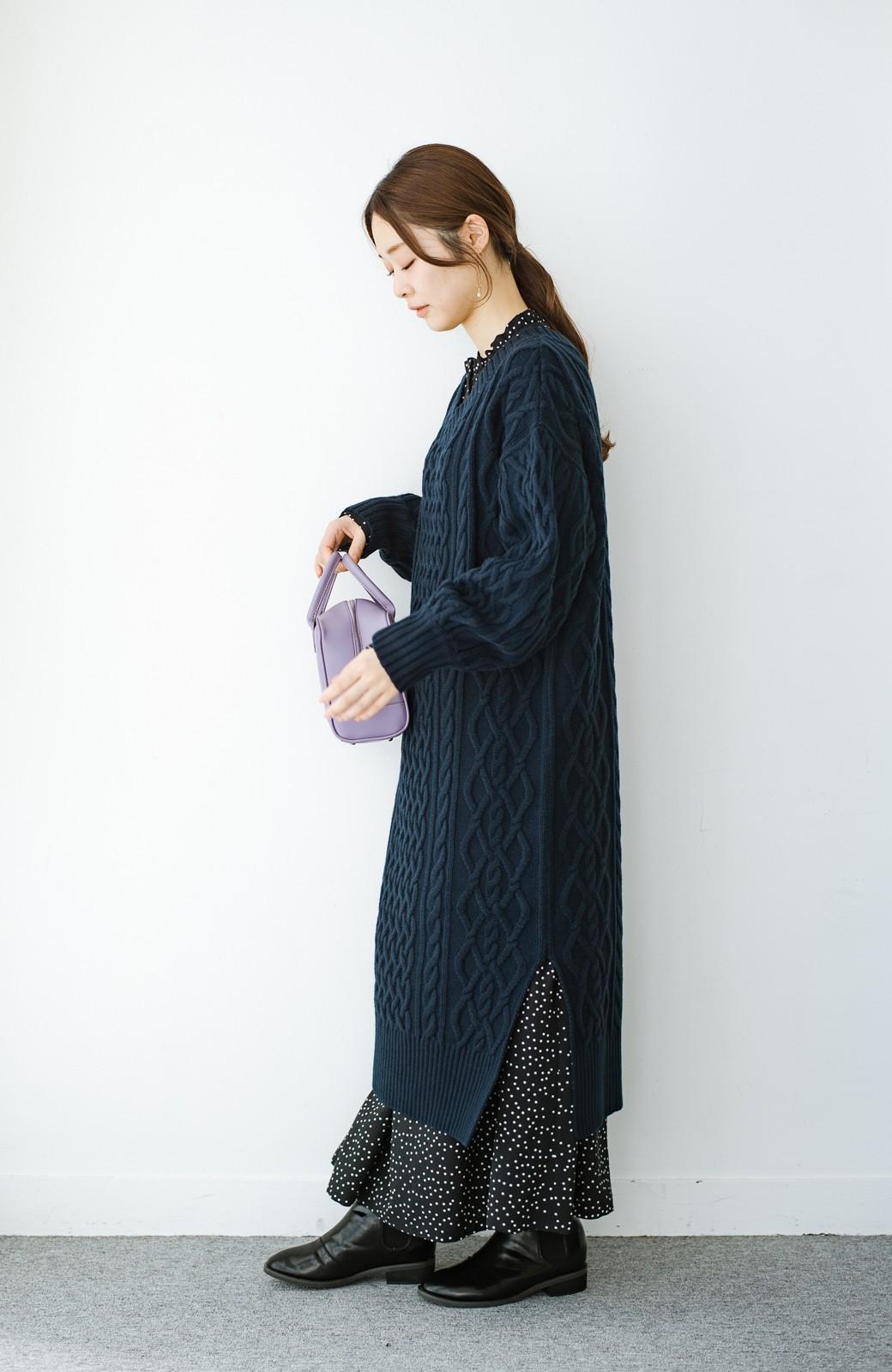 haco! パッと着て絶妙に女っぽい 重ね着にも便利なケーブルニットワンピース <ネイビー>の商品写真14