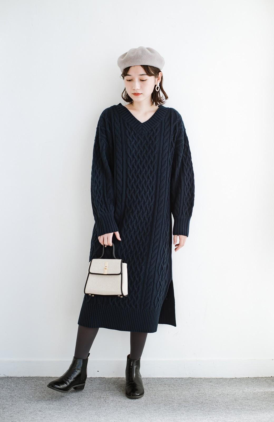 haco! パッと着て絶妙に女っぽい 重ね着にも便利なケーブルニットワンピース <ネイビー>の商品写真11