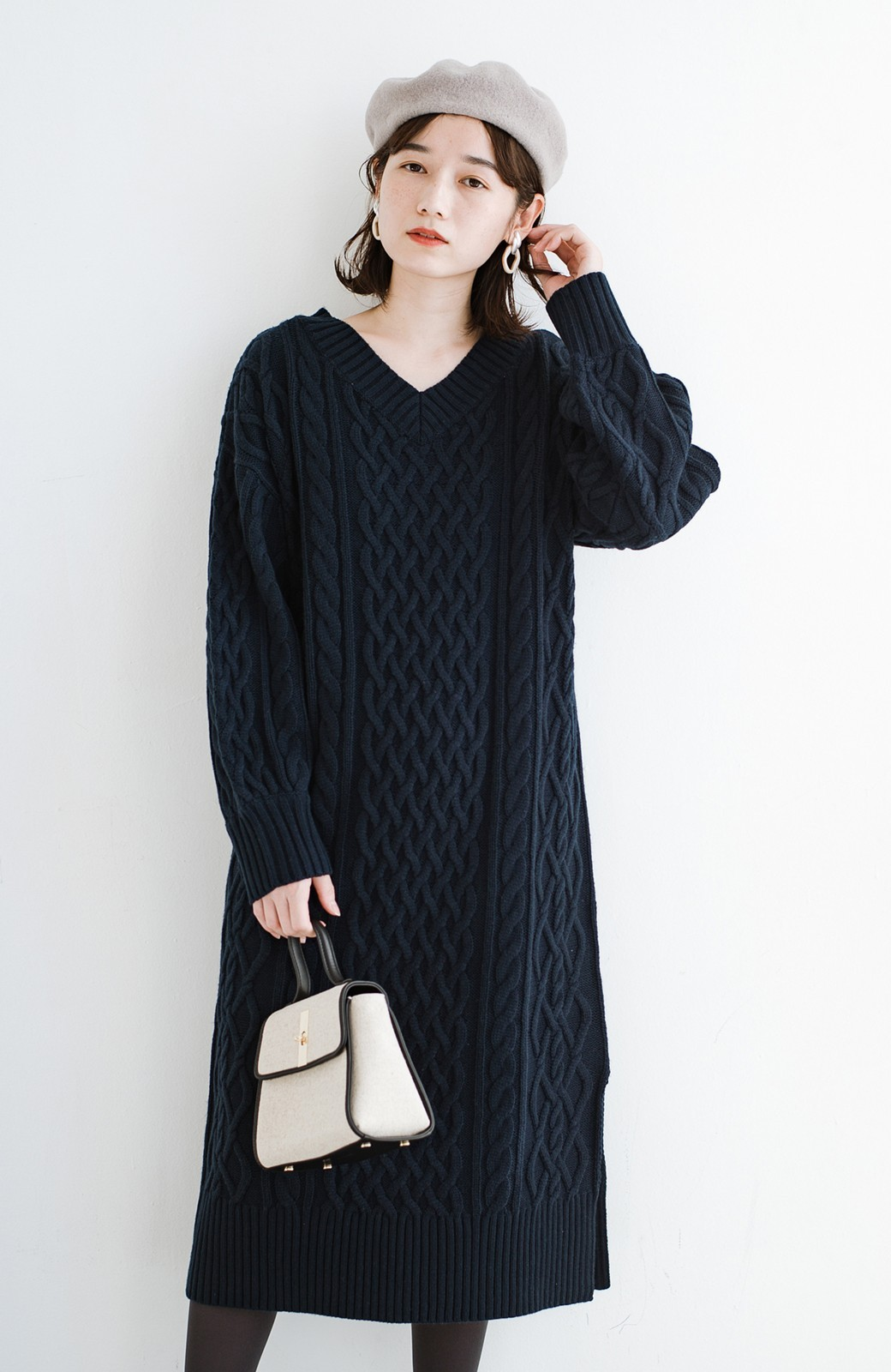 haco! パッと着て絶妙に女っぽい 重ね着にも便利なケーブルニットワンピース <ネイビー>の商品写真1