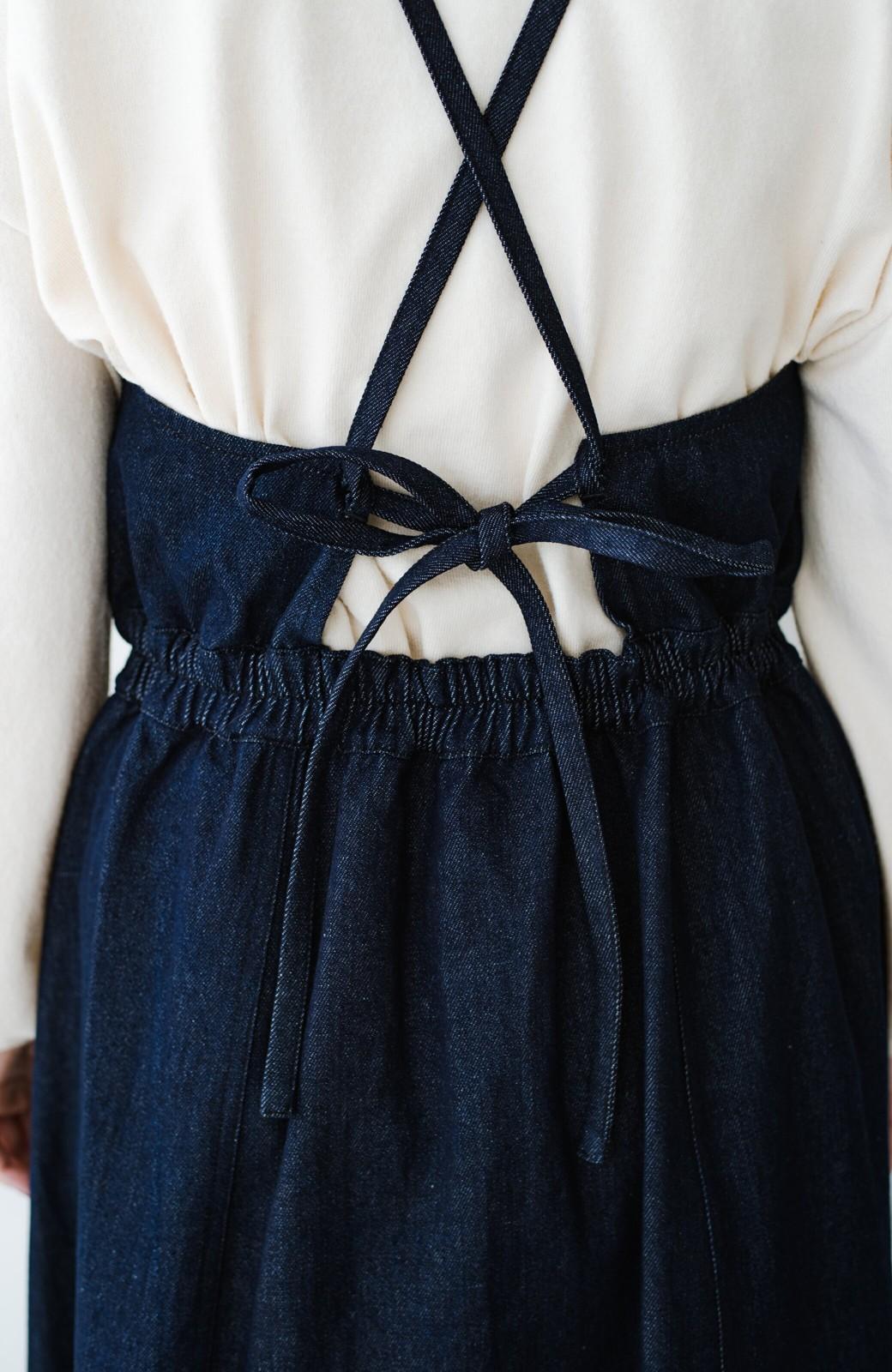 haco! 華奢見せデザインで女っぽ!Tシャツにもニットにも似合ってずっと使えるデニムサロペットスカート <ブルー>の商品写真4