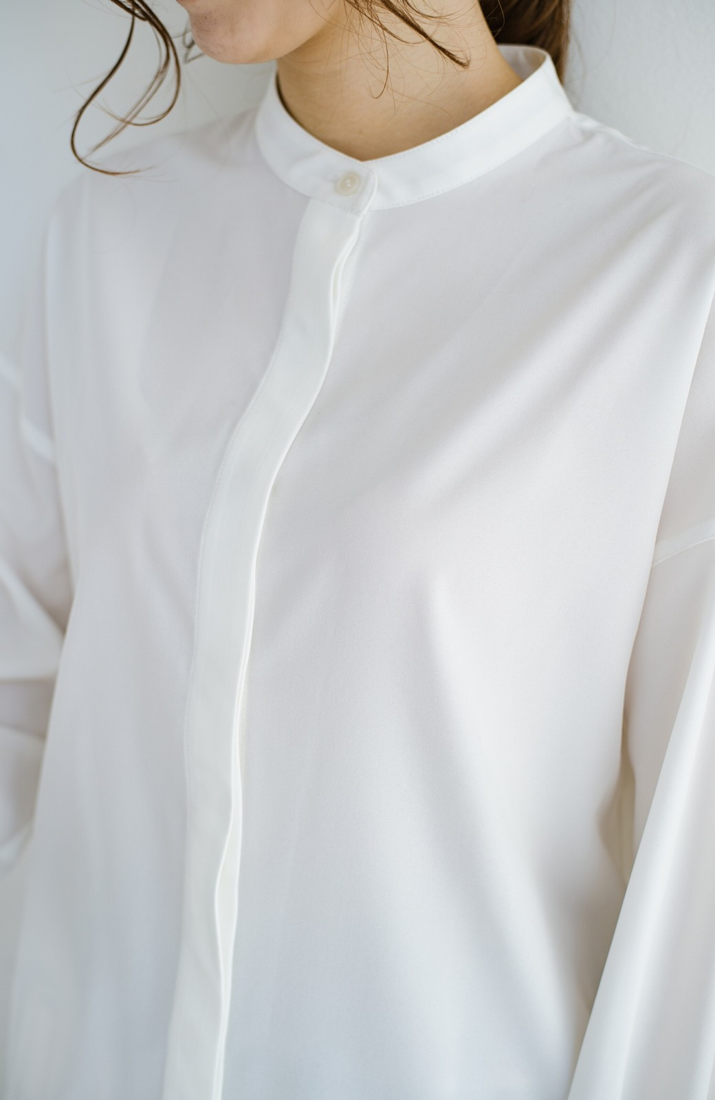 haco! 【肩幅党】肩幅広めがなんのその!華奢見せをとことん追求した重ね着にも便利なスタンドカラーシャツ <ホワイト>の商品写真3