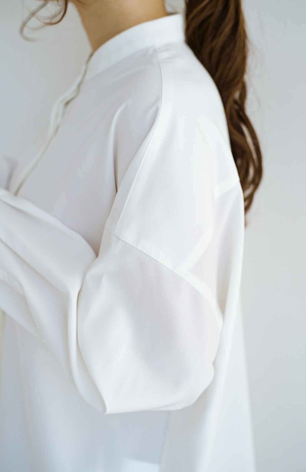 haco! 【肩幅党】肩幅広めがなんのその!華奢見せをとことん追求した重ね着にも便利なスタンドカラーシャツ <ホワイト>の商品写真4