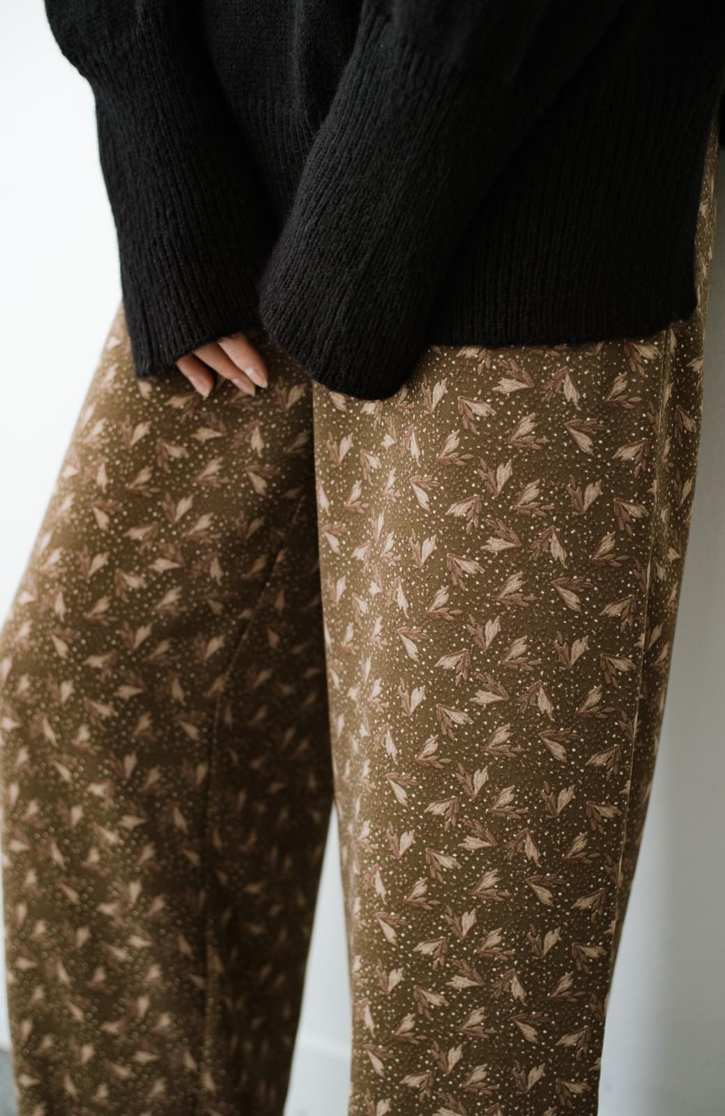 haco! 1枚でも重ね着でもパッと着映えする すっきりシルエットの大人の柄パンツ <ブラウン>の商品写真5