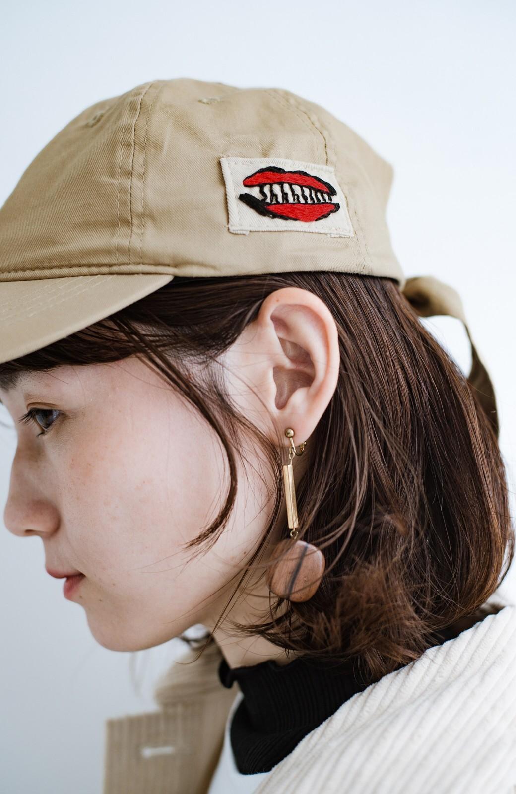 haco! シーッといたずらに笑う唇にきゅんとする刺繍のキャップ from Stitch by Stitch <ベージュ>の商品写真3