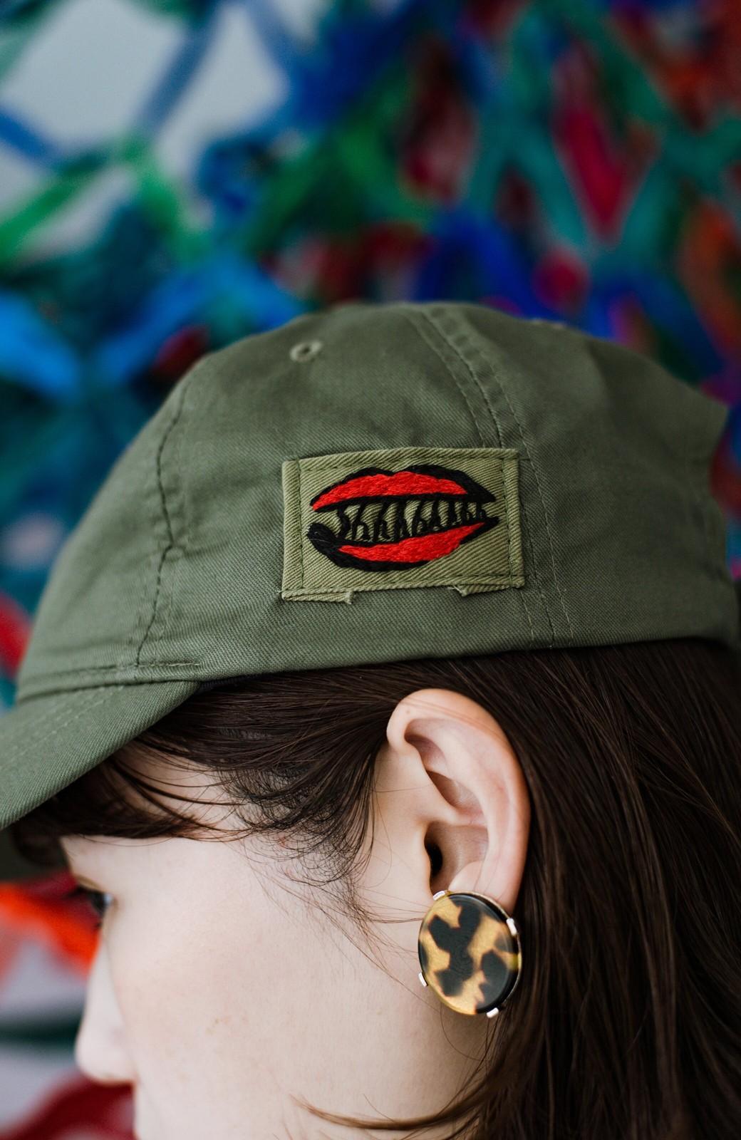 haco! シーッといたずらに笑う唇にきゅんとする刺繍のキャップ from Stitch by Stitch <カーキ>の商品写真3