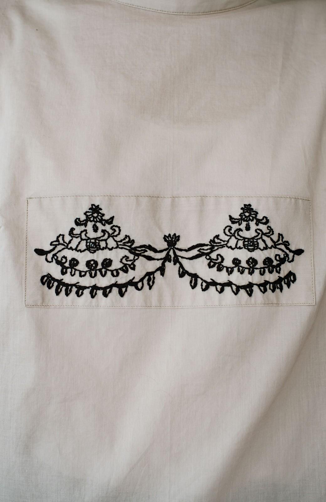 haco! 上品な刺繍がまるでレースのよう オーガニックコットンの袖ぽんわりブラウス from Stitch by Stitch <ライトベージュ>の商品写真7