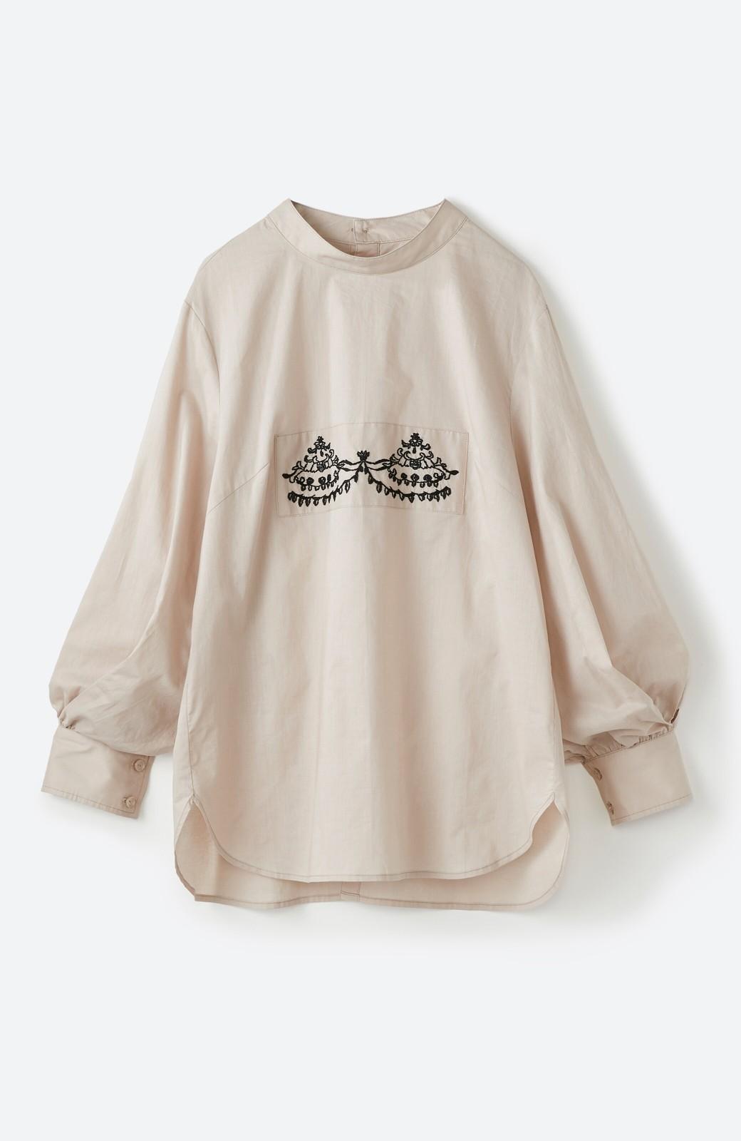 haco! 上品な刺繍がまるでレースのよう オーガニックコットンの袖ぽんわりブラウス from Stitch by Stitch <ライトベージュ>の商品写真2