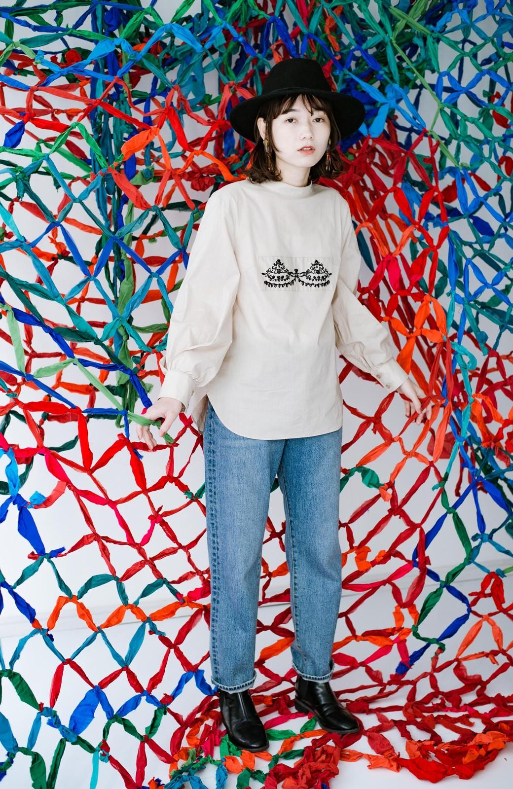 haco! 上品な刺繍がまるでレースのよう オーガニックコットンの袖ぽんわりブラウス from Stitch by Stitch <ライトベージュ>の商品写真13