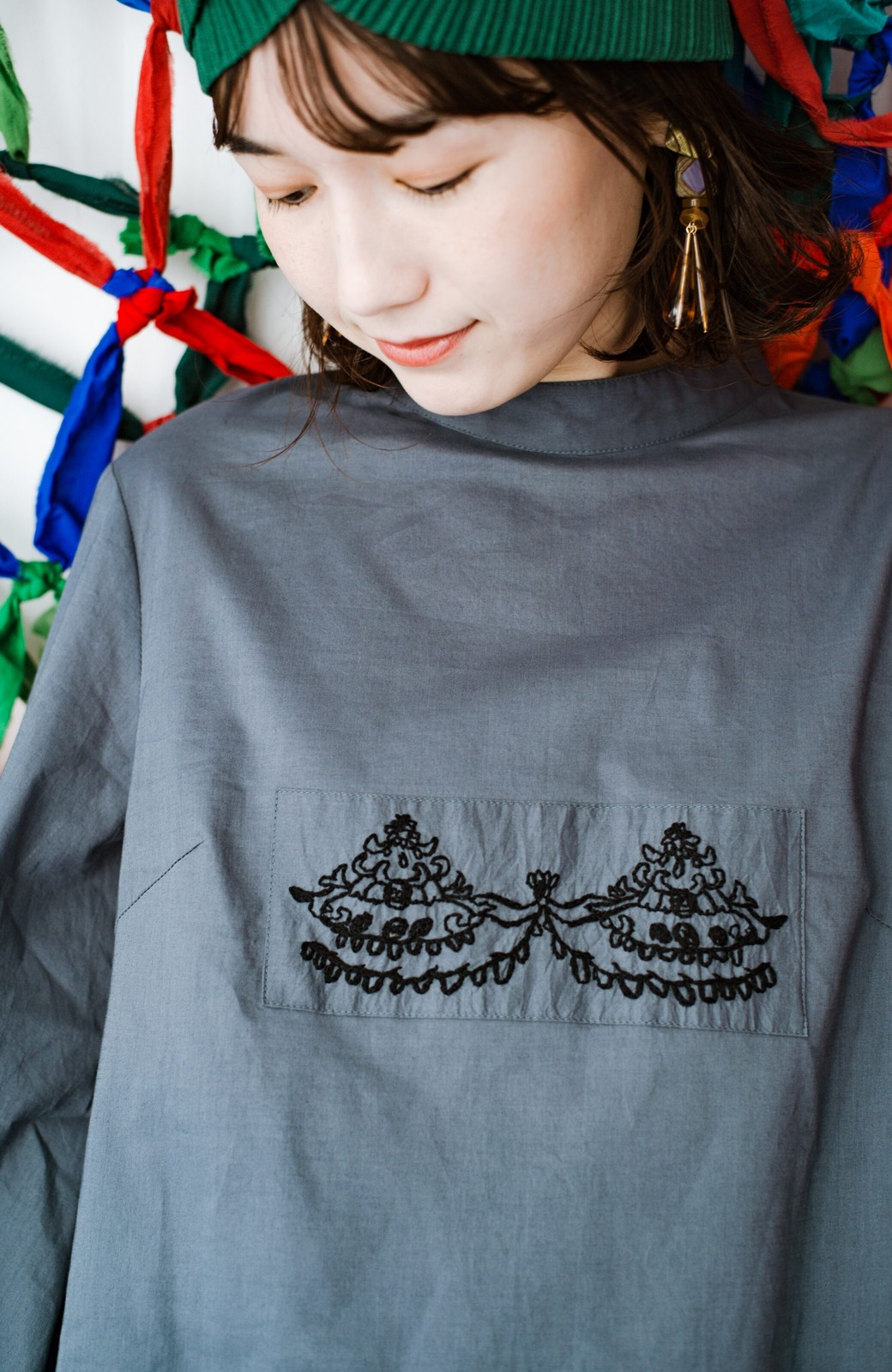 haco! 上品な刺繍がまるでレースのよう オーガニックコットンの袖ぽんわりブラウス from Stitch by Stitch <グレイッシュブルー>の商品写真5