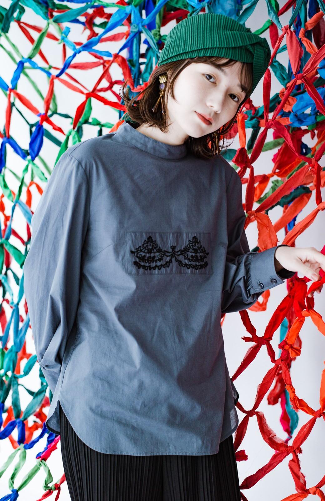 haco! 上品な刺繍がまるでレースのよう オーガニックコットンの袖ぽんわりブラウス from Stitch by Stitch <グレイッシュブルー>の商品写真7