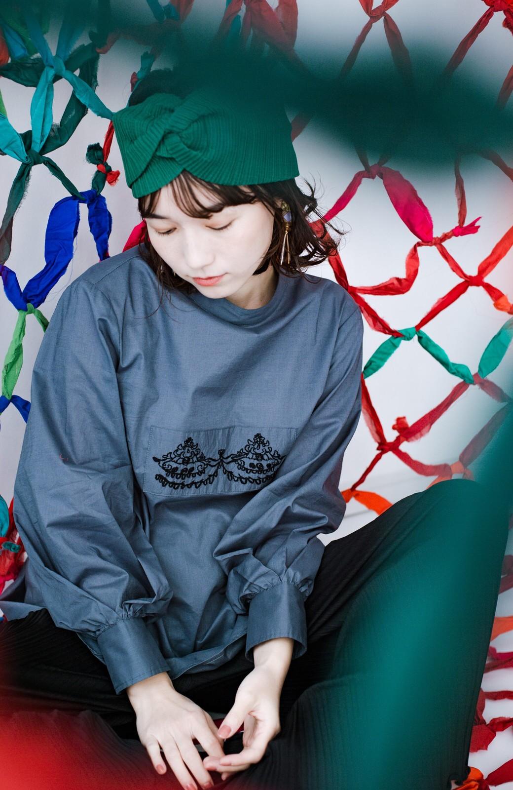 haco! 上品な刺繍がまるでレースのよう オーガニックコットンの袖ぽんわりブラウス from Stitch by Stitch <グレイッシュブルー>の商品写真8