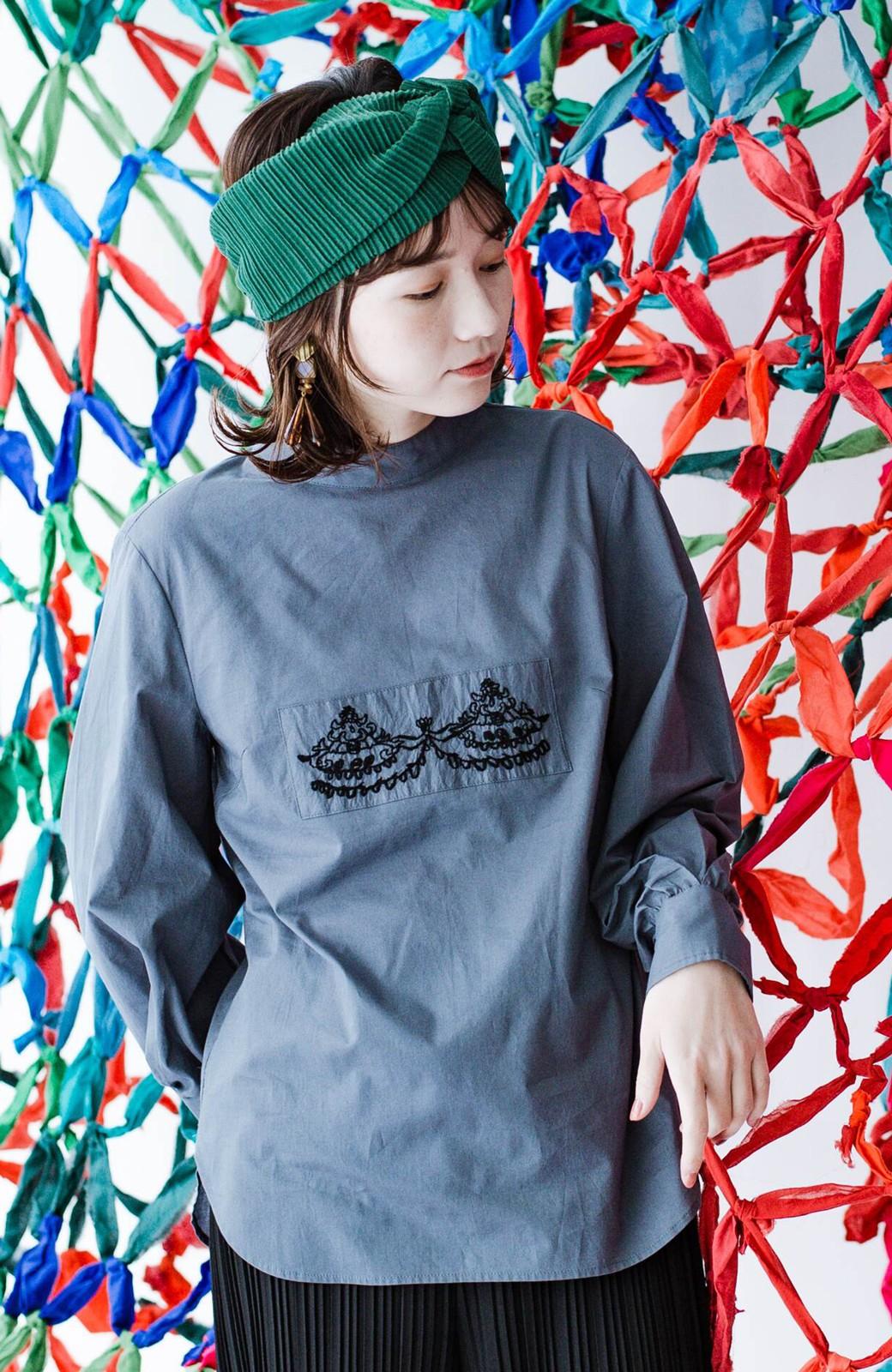 haco! 上品な刺繍がまるでレースのよう オーガニックコットンの袖ぽんわりブラウス from Stitch by Stitch <グレイッシュブルー>の商品写真1