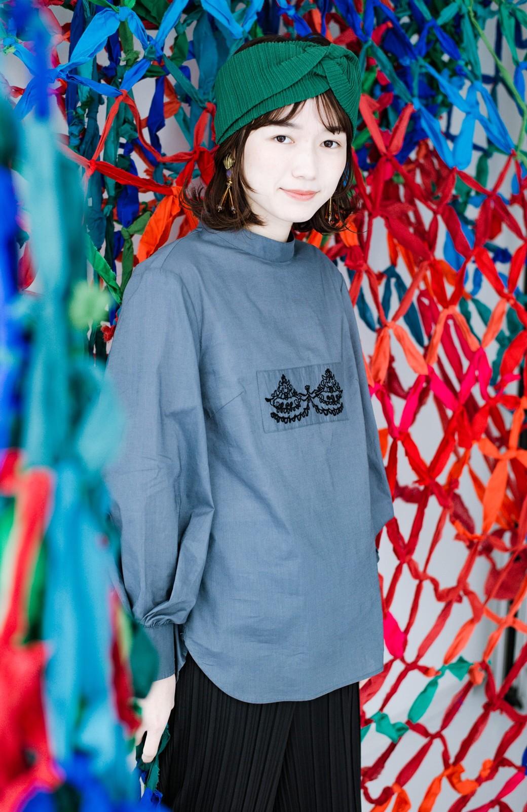 haco! 上品な刺繍がまるでレースのよう オーガニックコットンの袖ぽんわりブラウス from Stitch by Stitch <グレイッシュブルー>の商品写真18