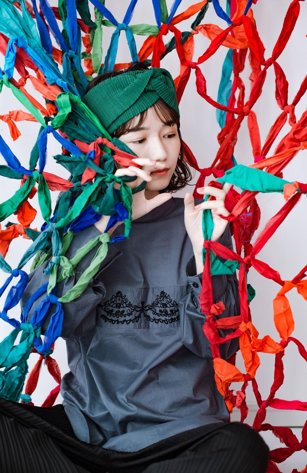 haco! 上品な刺繍がまるでレースのよう オーガニックコットンの袖ぽんわりブラウス from Stitch by Stitch <グレイッシュブルー>の商品写真20