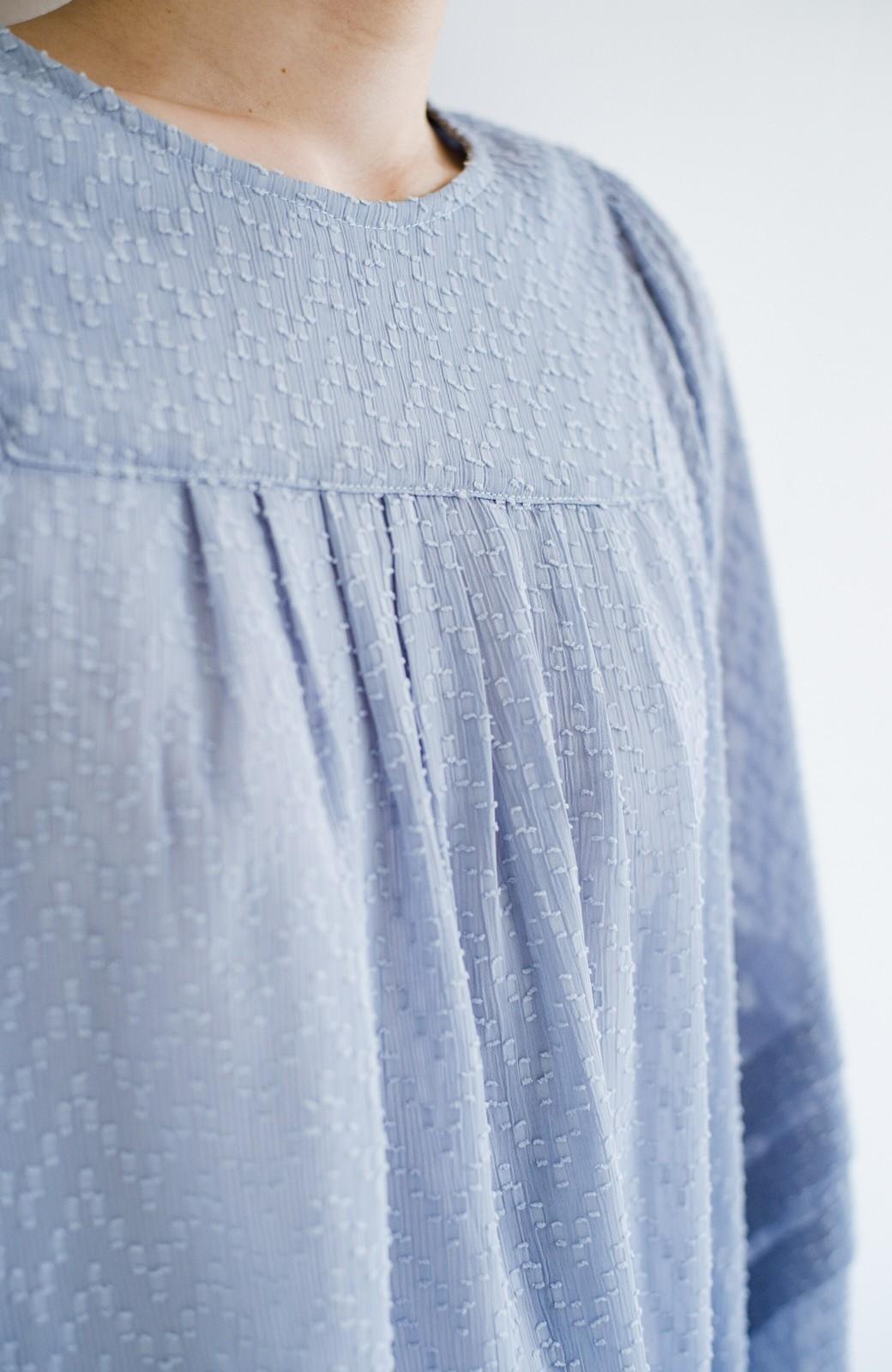 haco! 気になるところは可愛げで隠そう!ほどよい透け感で普段に着やすいドビードットの女っぽブラウス <ライトブルー>の商品写真3