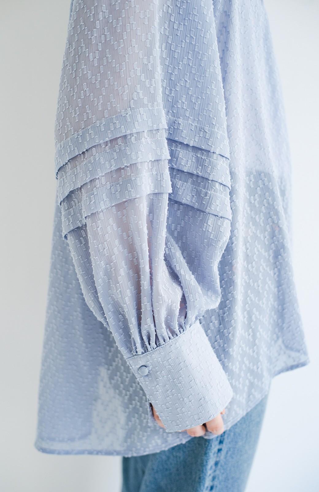haco! 気になるところは可愛げで隠そう!ほどよい透け感で普段に着やすいドビードットの女っぽブラウス <ライトブルー>の商品写真6