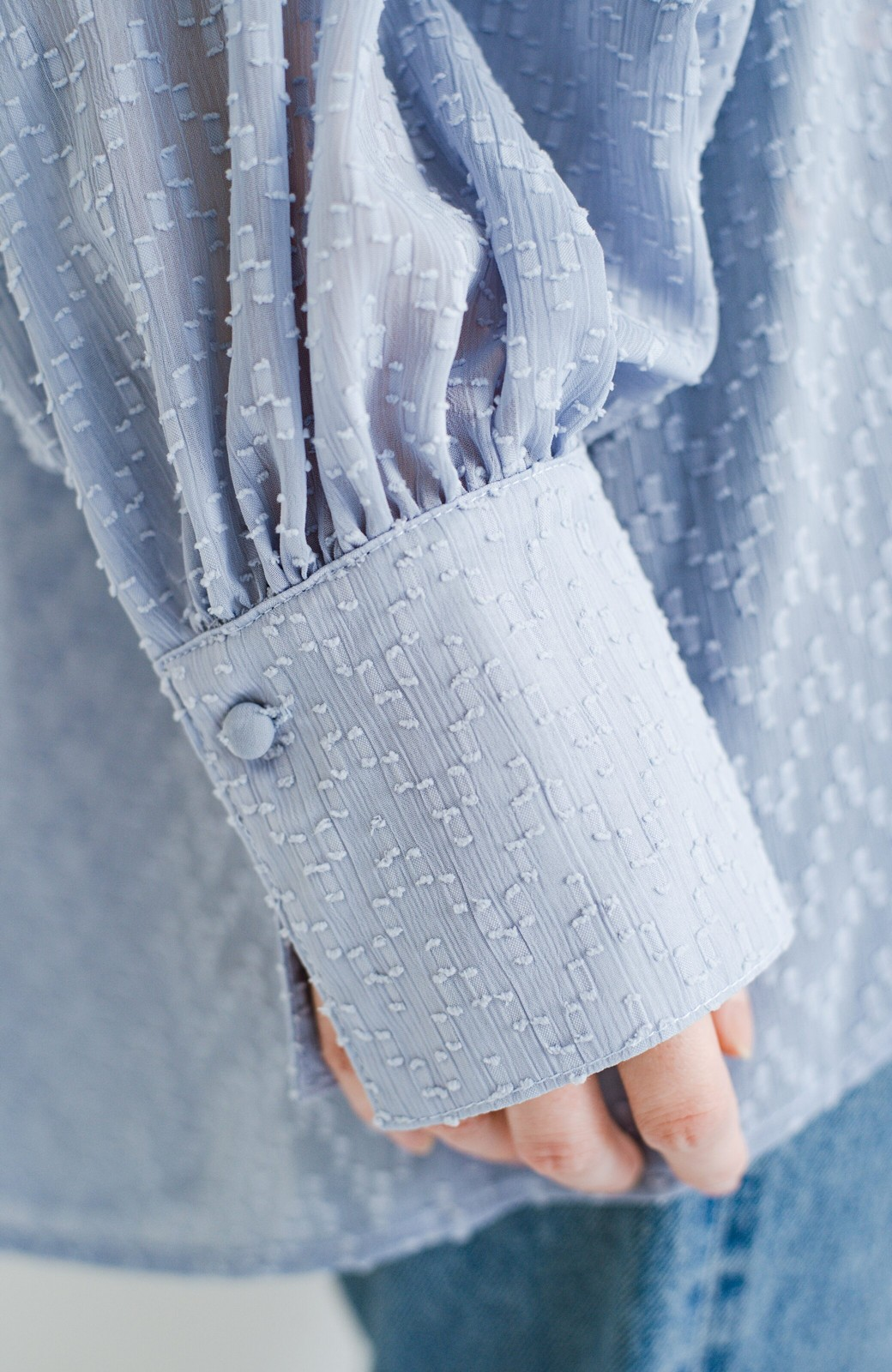 haco! 気になるところは可愛げで隠そう!ほどよい透け感で普段に着やすいドビードットの女っぽブラウス <ライトブルー>の商品写真7