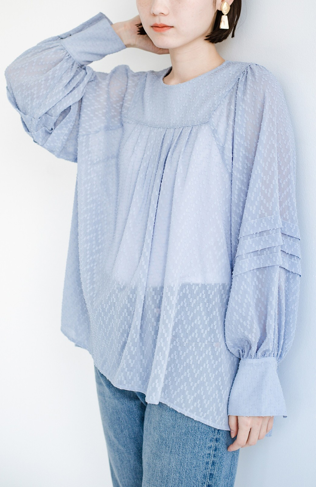 haco! 気になるところは可愛げで隠そう!ほどよい透け感で普段に着やすいドビードットの女っぽブラウス <ライトブルー>の商品写真1