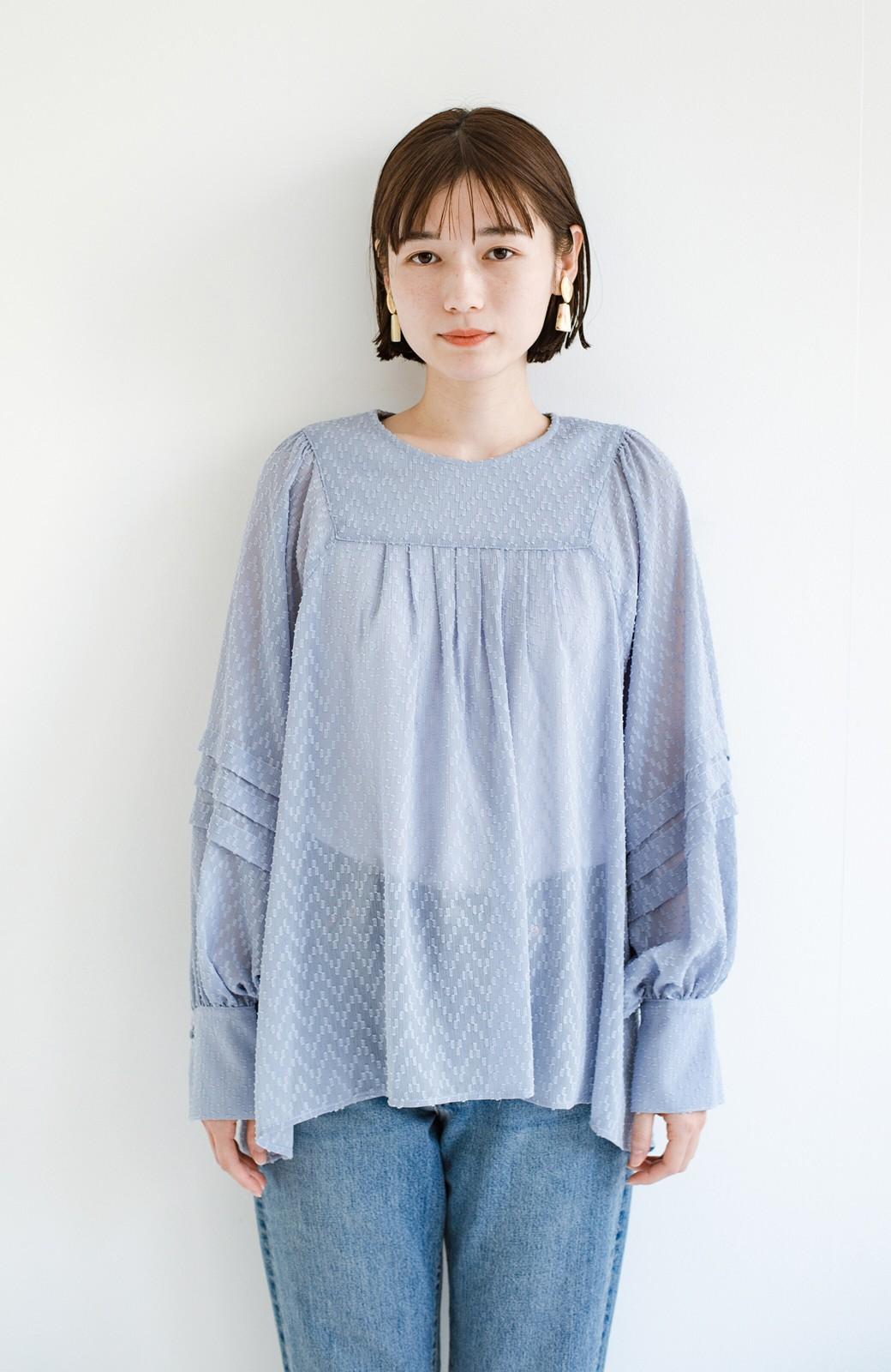 haco! 気になるところは可愛げで隠そう!ほどよい透け感で普段に着やすいドビードットの女っぽブラウス <ライトブルー>の商品写真14