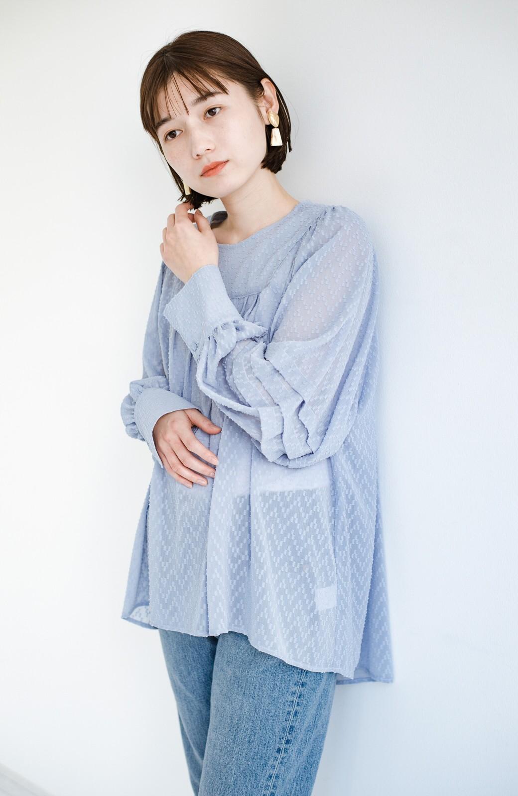 haco! 気になるところは可愛げで隠そう!ほどよい透け感で普段に着やすいドビードットの女っぽブラウス <ライトブルー>の商品写真17