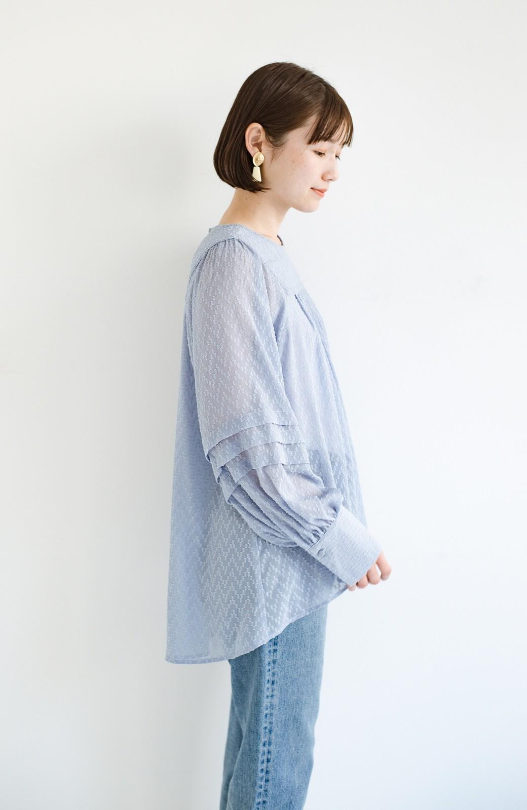 haco! 気になるところは可愛げで隠そう!ほどよい透け感で普段に着やすいドビードットの女っぽブラウス <ライトブルー>の商品写真18