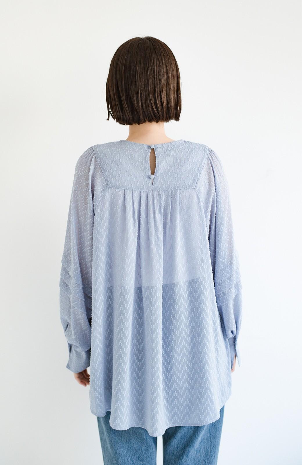 haco! 気になるところは可愛げで隠そう!ほどよい透け感で普段に着やすいドビードットの女っぽブラウス <ライトブルー>の商品写真19