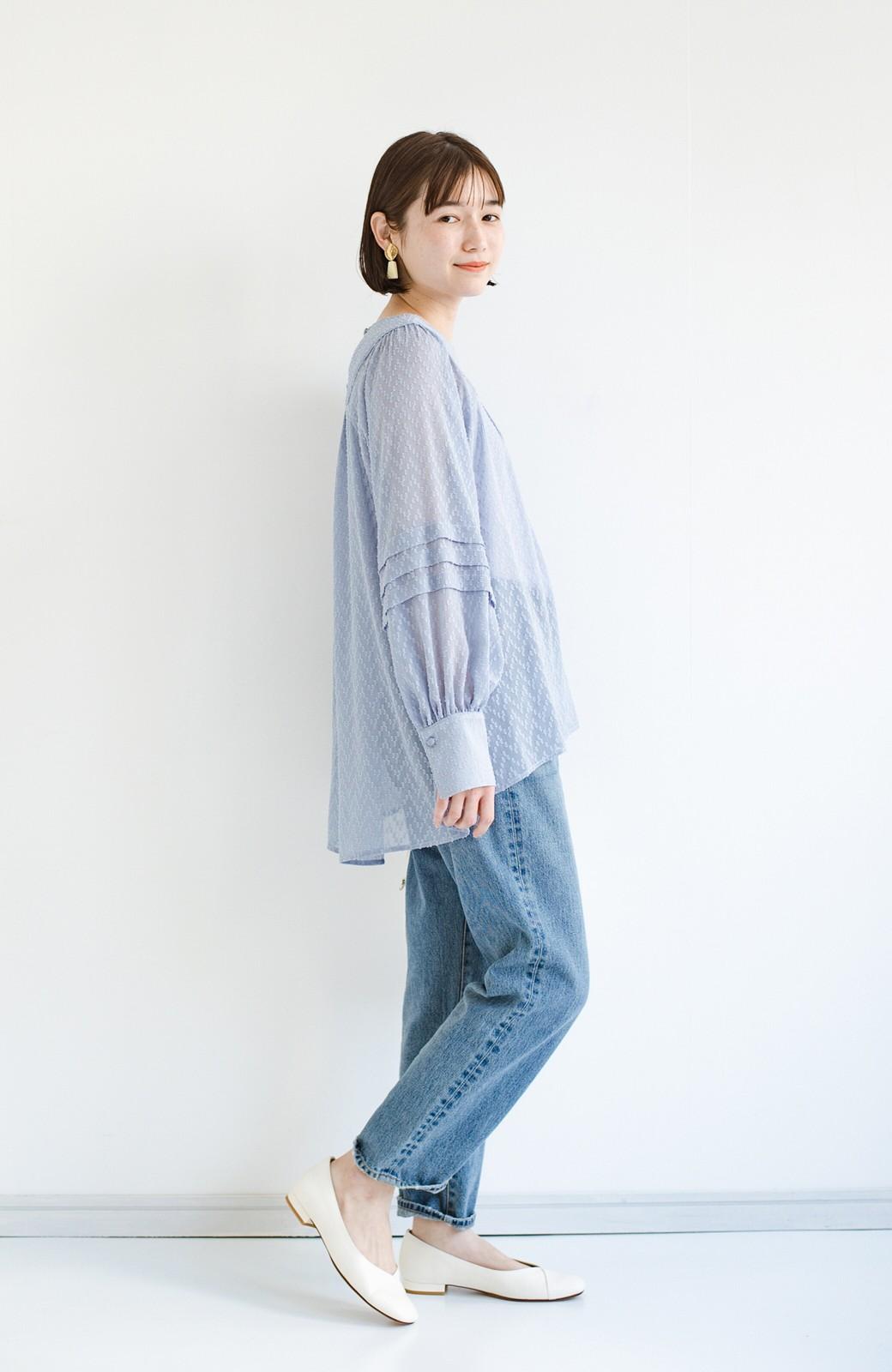 haco! 気になるところは可愛げで隠そう!ほどよい透け感で普段に着やすいドビードットの女っぽブラウス <ライトブルー>の商品写真11