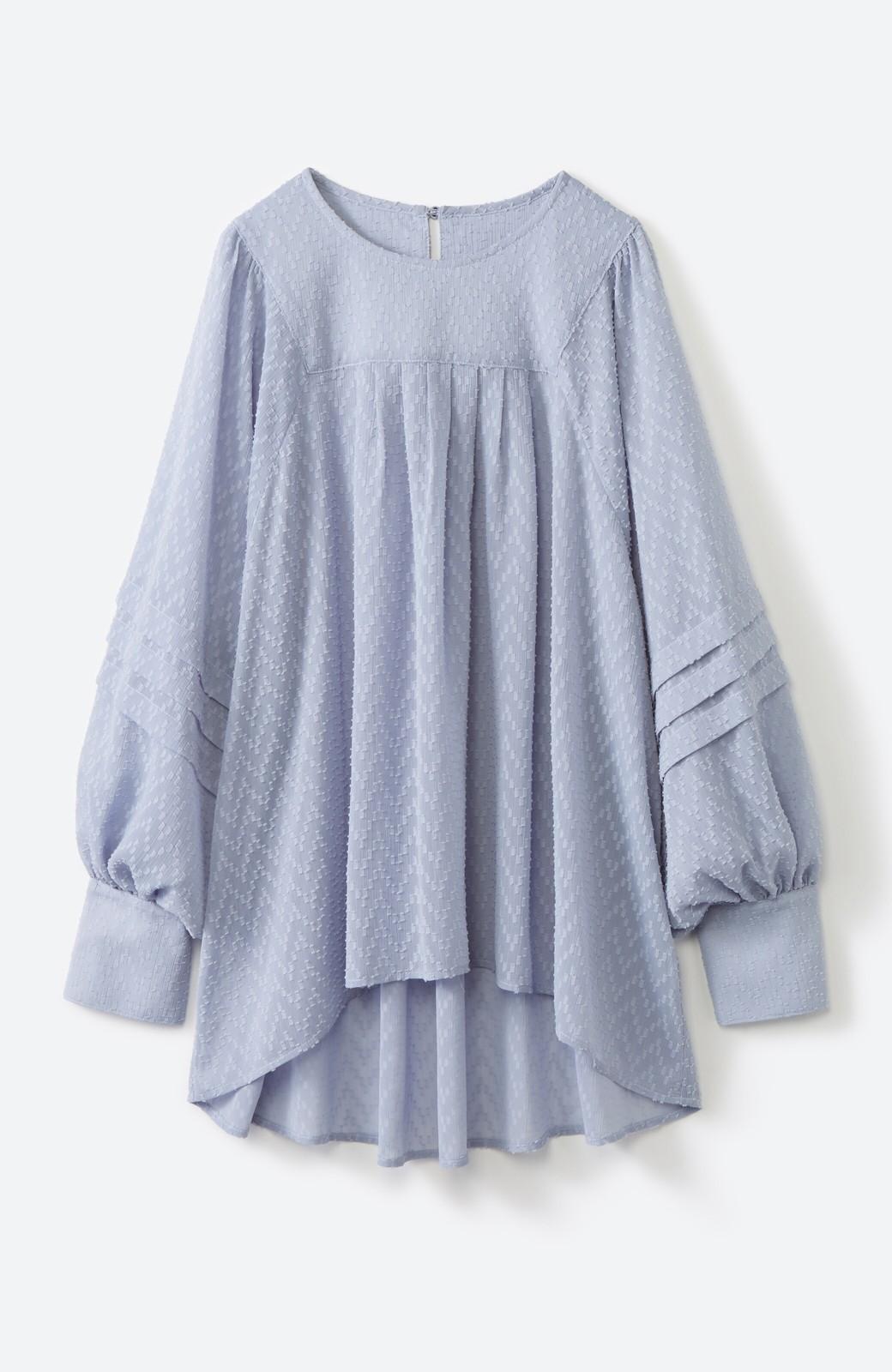 haco! 気になるところは可愛げで隠そう!ほどよい透け感で普段に着やすいドビードットの女っぽブラウス <ライトブルー>の商品写真2