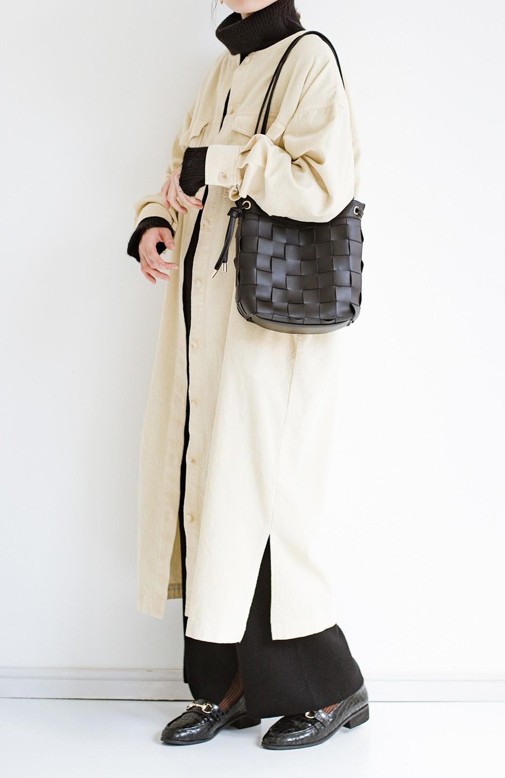 haco! さっと持って女っぽ 手編みメッシュが上品なやわらかフェイクレザーのトートバッグ <ブラック>の商品写真4