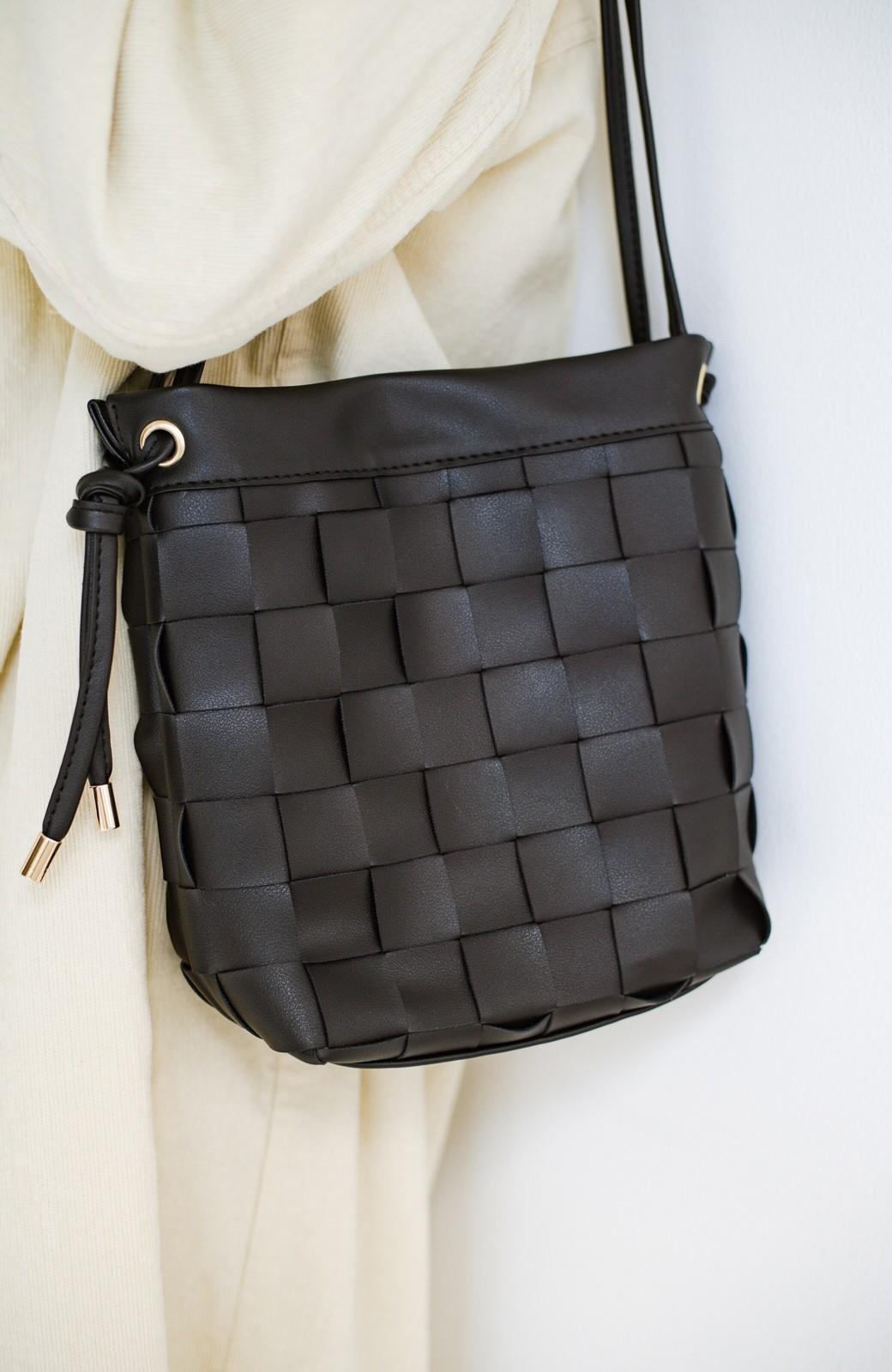 haco! さっと持って女っぽ 手編みメッシュが上品なやわらかフェイクレザーのトートバッグ <ブラック>の商品写真5