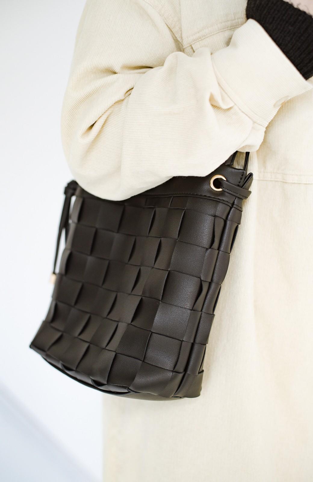 haco! さっと持って女っぽ 手編みメッシュが上品なやわらかフェイクレザーのトートバッグ <ブラック>の商品写真6