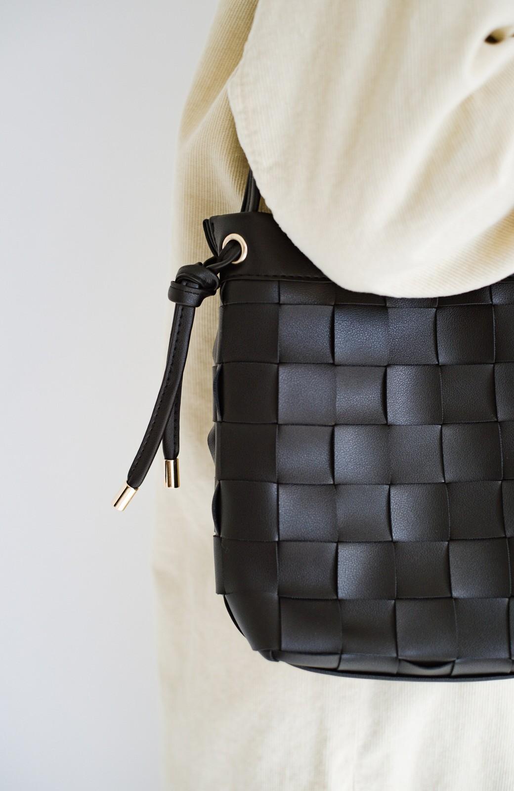 haco! さっと持って女っぽ 手編みメッシュが上品なやわらかフェイクレザーのトートバッグ <ブラック>の商品写真7