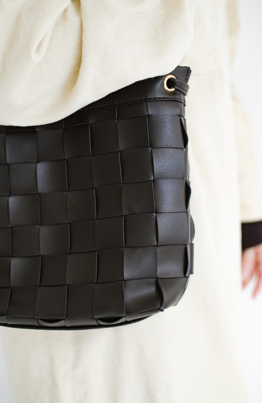 haco! さっと持って女っぽ 手編みメッシュが上品なやわらかフェイクレザーのトートバッグ <ブラック>の商品写真8
