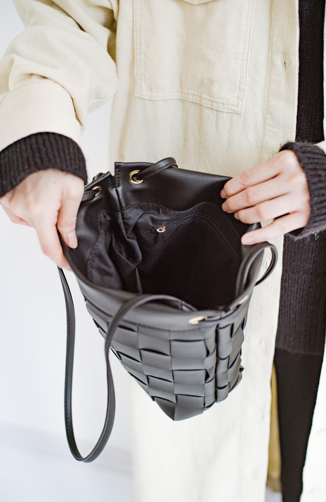 haco! さっと持って女っぽ 手編みメッシュが上品なやわらかフェイクレザーのトートバッグ <ブラック>の商品写真9