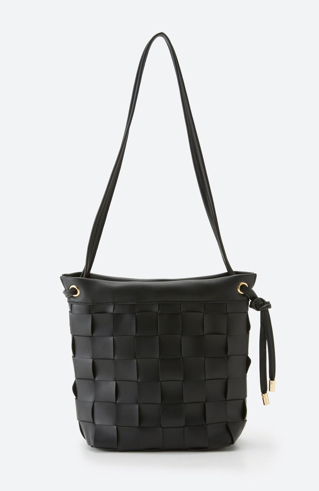 haco! さっと持って女っぽ 手編みメッシュが上品なやわらかフェイクレザーのトートバッグ <ブラック>の商品写真2