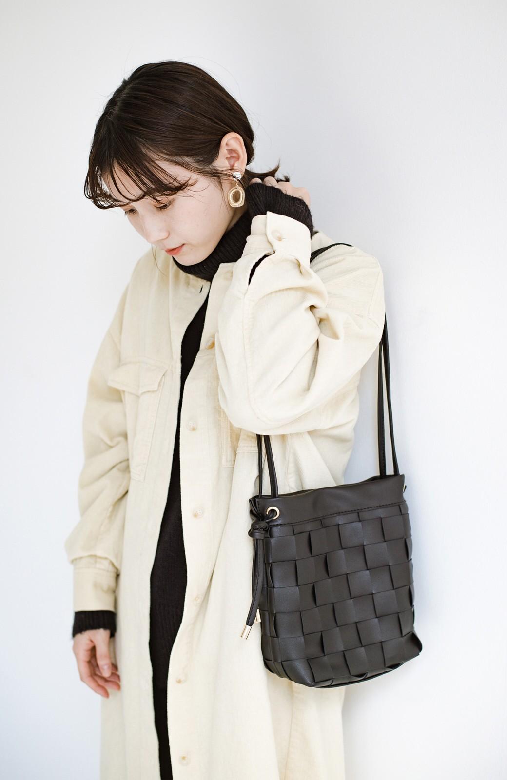 haco! さっと持って女っぽ 手編みメッシュが上品なやわらかフェイクレザーのトートバッグ <ブラック>の商品写真13