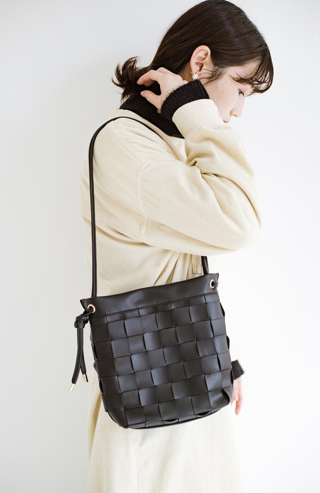 haco! さっと持って女っぽ 手編みメッシュが上品なやわらかフェイクレザーのトートバッグ <ブラック>の商品写真1