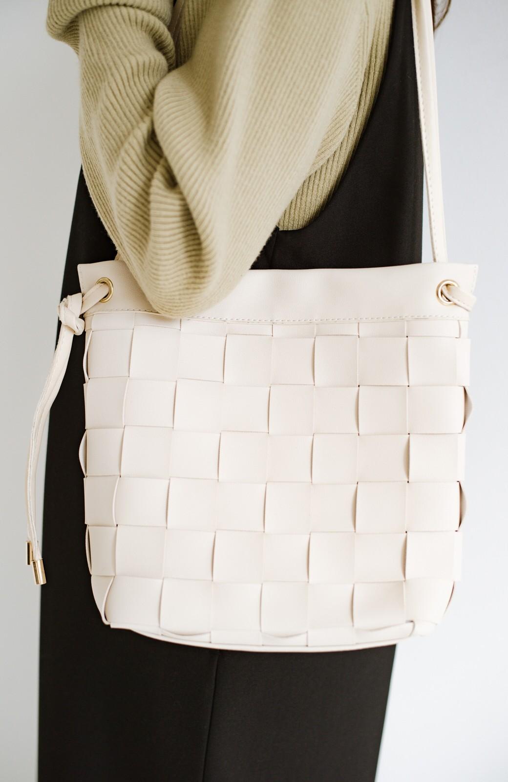 haco! さっと持って女っぽ 手編みメッシュが上品なやわらかフェイクレザーのトートバッグ <オフホワイト>の商品写真3