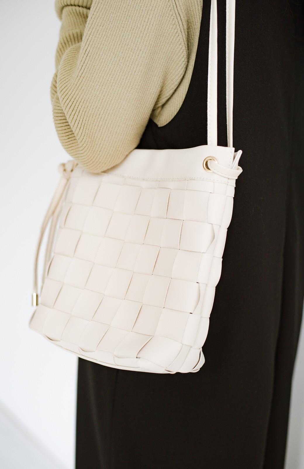 haco! さっと持って女っぽ 手編みメッシュが上品なやわらかフェイクレザーのトートバッグ <オフホワイト>の商品写真8