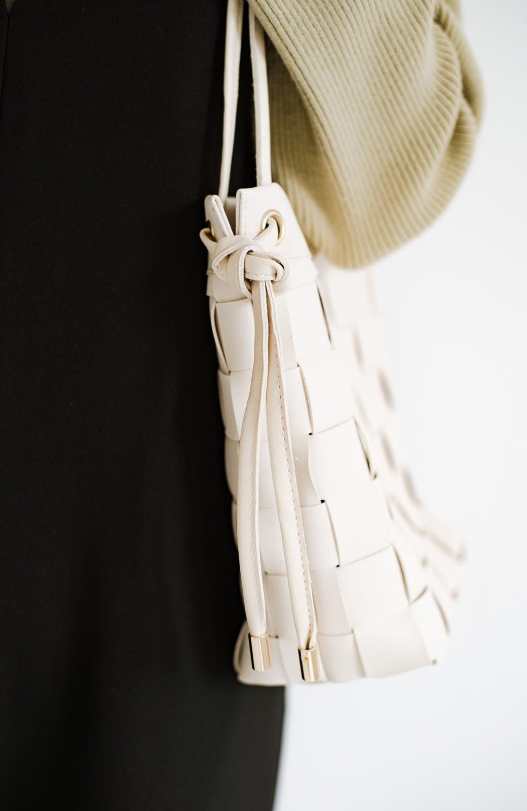 haco! さっと持って女っぽ 手編みメッシュが上品なやわらかフェイクレザーのトートバッグ <オフホワイト>の商品写真5